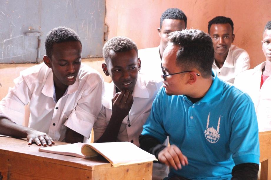 MUHAMMAD Haris bersama pelajar yang juga anak pelarian di Sekolah Al-Mukminuun di Puntland, Somalia.