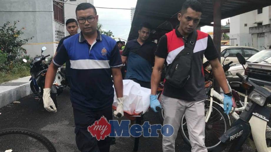 ANGGOTA polis mengusung mayat Oon Gim Boon, 53, yang ditemui mati selepas terjun dari Pangsapuri Pelangi petang ini. FOTO Rudy Syareme Sheriffudin