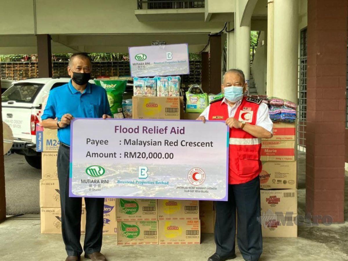 Boustead Properties bersama anak syarikatnya, Mutiara Rini Sdn Bhd menderma sejumlah RM20,000 menerusi Persatuan Bulan Sabit Merah Malaysia (PBSM) yang disampaikan kepada Timbalan Pengerusi Jawatankuasa Kesihatan dan Perkhidmatan Masyarakat, PBSM, Datuk Rashidi Md Nor,  di Johor. FOTO Ihsan Boustead