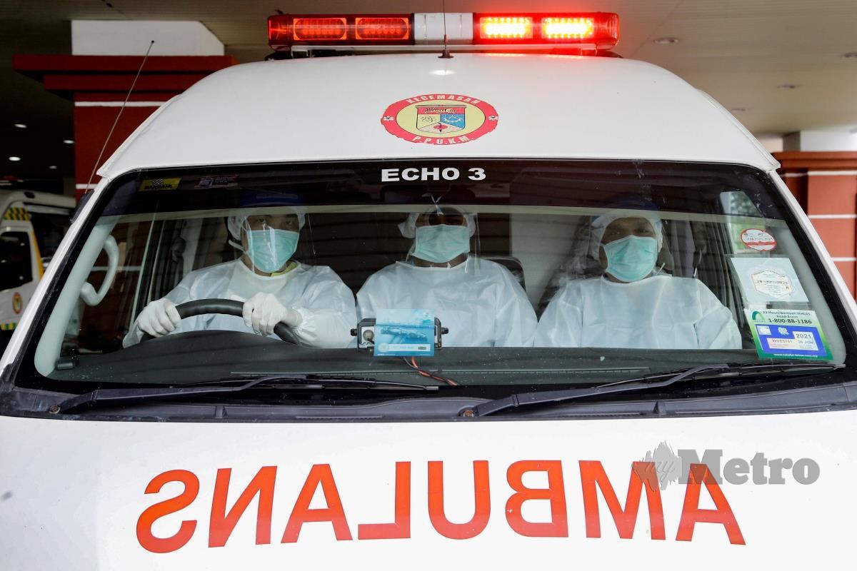 Kakitangan Hospital Canselor Tuanku Muhriz UKM bersiap sedia untuk membawa seorang pesakit COVID-19 ke Pusat Saringan dan Rawatan COVID-19 di Hospital Canselor Tuanku Muhriz UKM, Cheras. FOTO AIZUDDIN SAAD