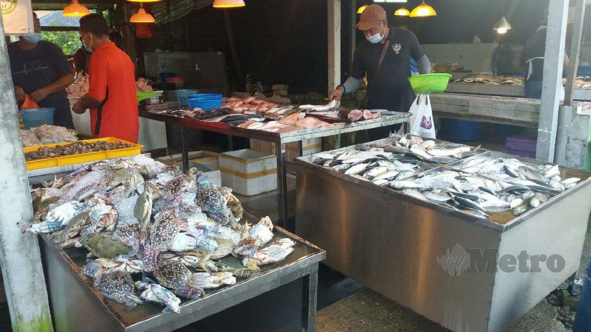 Ketam dan ikan yang dijual di sebuah pasar pagi di Kuantan. FOTO Asrol Awang