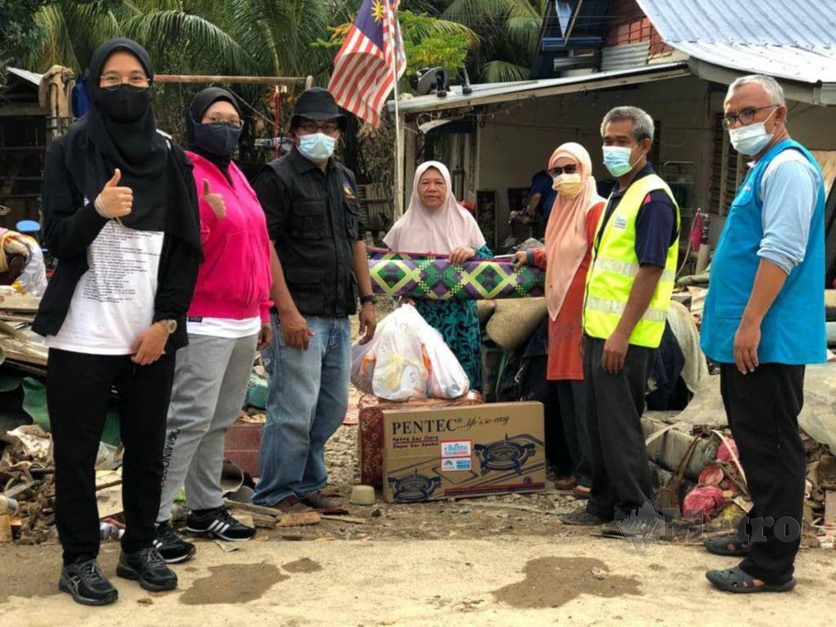 MyCARE Johor memberi sumbangan barangan keperluan dalam misi bantuan banjir di Temerloh, Pahang. Foto Ihsan MyCARE Johor