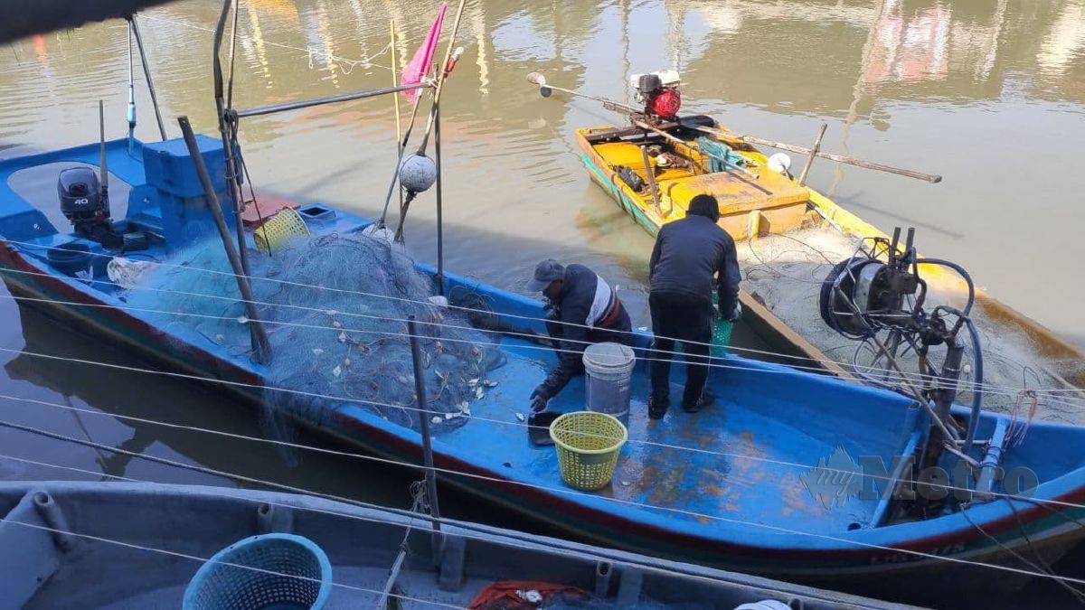 Nelayan menangkap hasil tangkapan ikan dan akan menjualnya mengikut permintaan dan menghantar dari rumah ke rumah ketika PKP. FOTO ZULIATY ZULKIFFLI