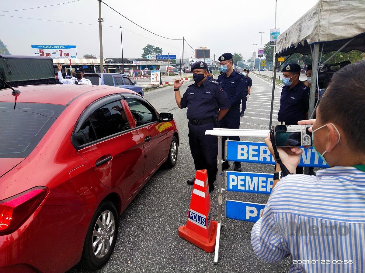 Ketua Polis Daerah Ipoh, Asisten Komisioner A Asmadi Abdul Aziz ketika meninjau sekatan jallan raya di Jalan Ipoh-Kuala Kangsar, di sini sempena perlaksanaan PKP di Perak yang bermula hari ini. FOTO MUHAMMAD ZULSYAMINI SUFIAN SURI