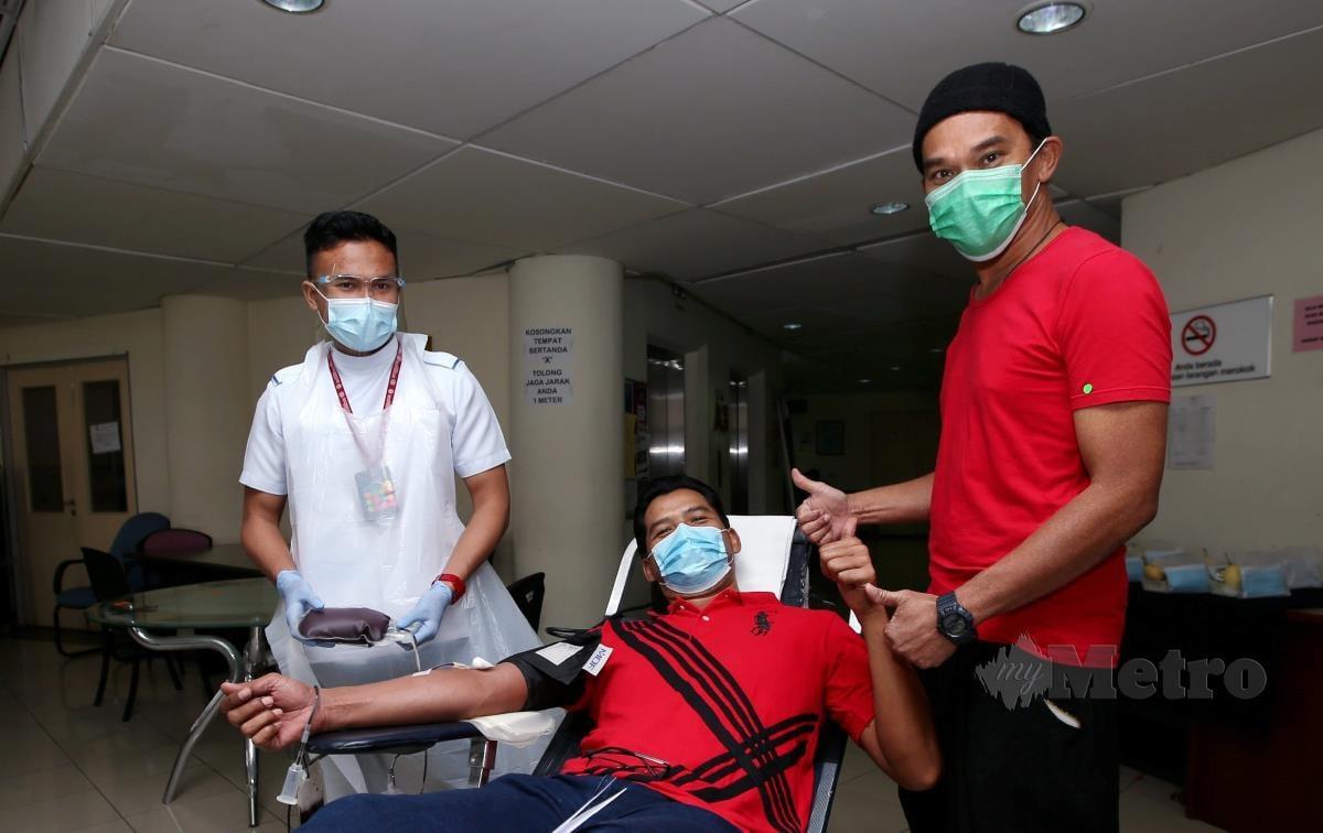 Pelakon, Azhan Rani memantau para peserta yang menderma darah di Program Menderma Darah Bersama Azhan Rani anjuran Summit Attack Resources dan Pusat Darah Negara di Pusat Darah Negara. FOTO EIZAIRI SHAMSUDIN