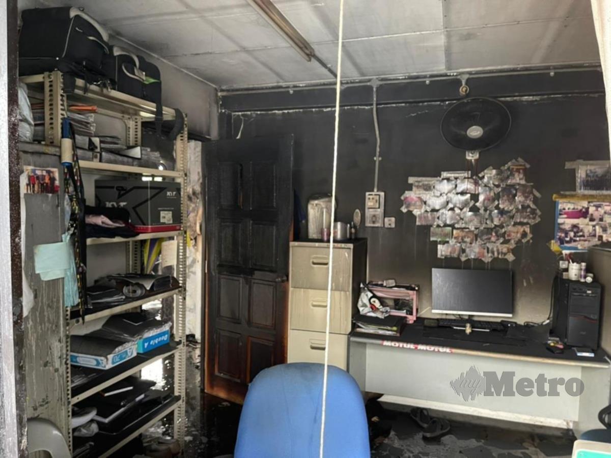 Kebakaran membabitkan bilik bagi siasatan jenayah narkotik di Ibu Pejabat Polis Daerah (IPD) Timur Laut, di sini. FOTO IHSAN BOMBA