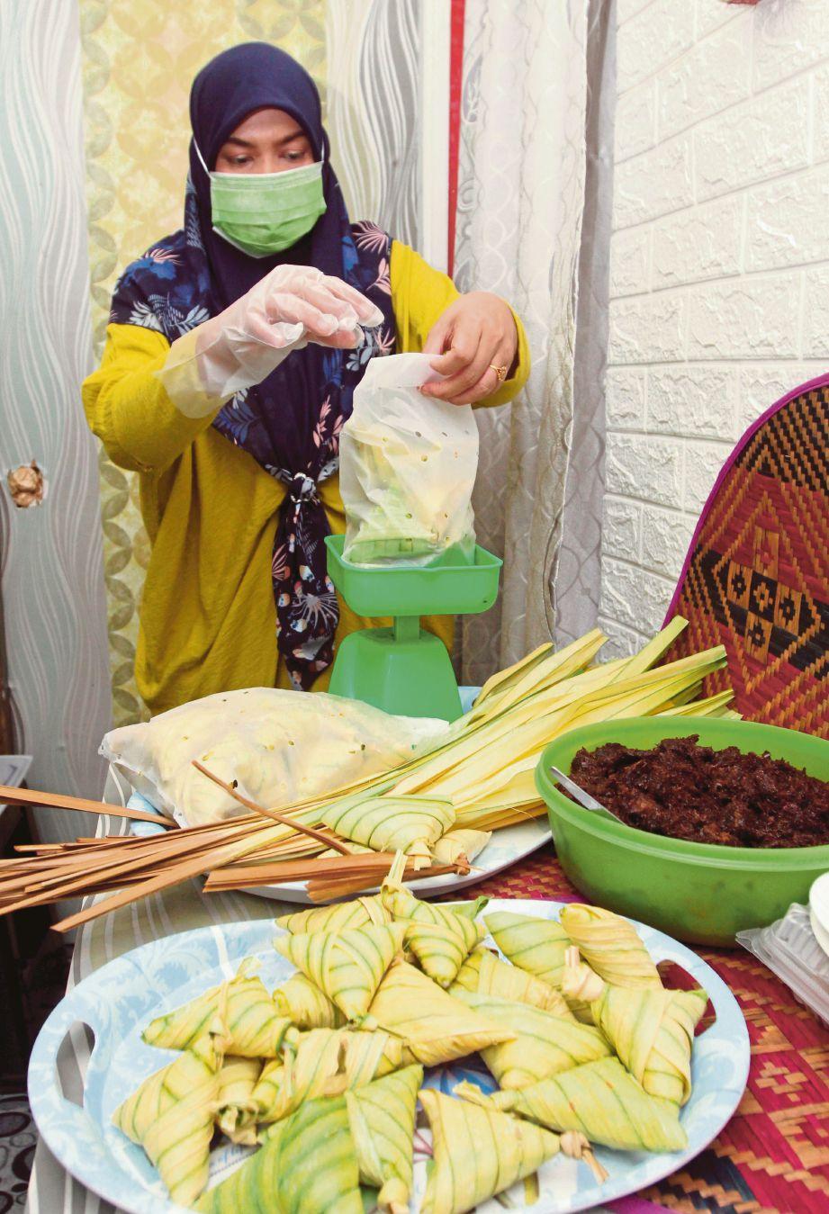 NORHANA terpaksa mulakan perniagaan daging dendeng dan ketupat untuk kelangsungan hidup.