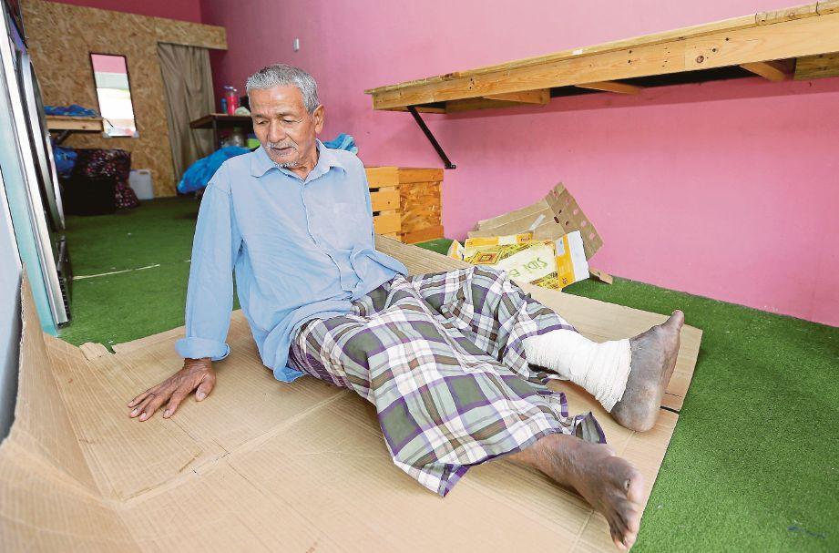 AB Rahim  menumpang tidur di sebuah kedai dobi 24 jam dengan beralaskan kotak.