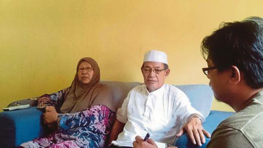 MD Jali dan Fatimah ketika ditemu bual wartawan Harian Metro di rumah mereka.