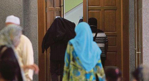 PENGIKUT ajaran sesat Millah Ibrahim keluar dari Mahkamah Tinggi Syariah, semalam.