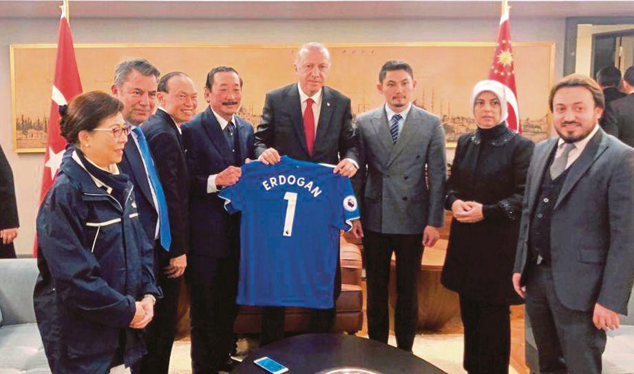 LIM (tiga dari kiri) bersama Tan (empat dari kiri) menunjukkan jersey dengan nama 'Erdogan 1' kepada Erdogan.- BERNAMA