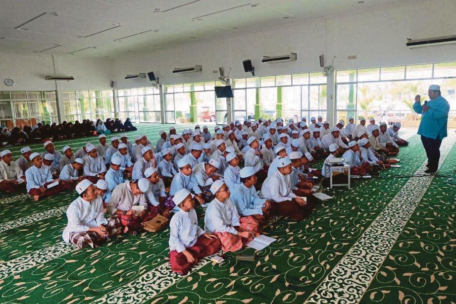 PELAJAR mendengar kuliah agama yang disampaikan guru.