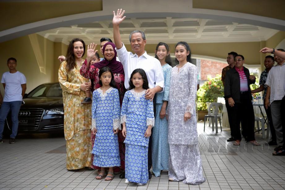 MUHYIDDIN melambai kepada orang ramai bersama ahli keluarganya selepas dilantik menjadi Perdana Menteri Malaysia ke-8.