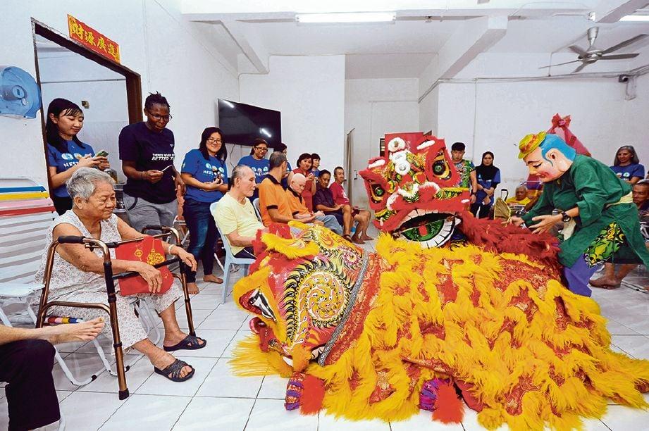 PENGHUNI Pusat Jagaan Warga Emas En Yuan menyaksikan tarian singa. FOTO Ihsan Nestle
