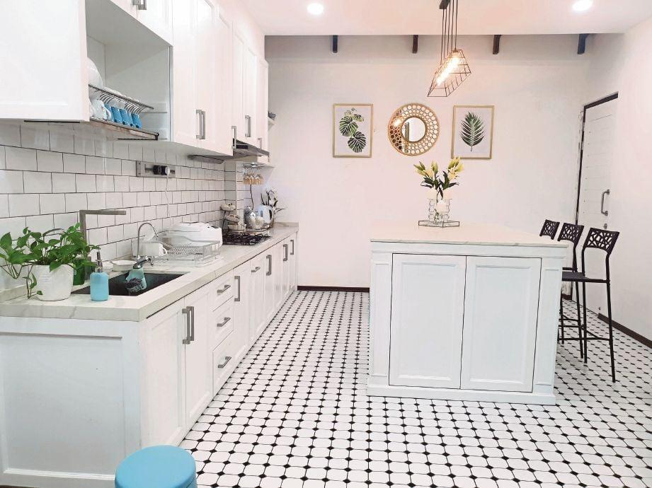 RONA putih menampakkan kawasan dapur yang lebih luas dan lapang.