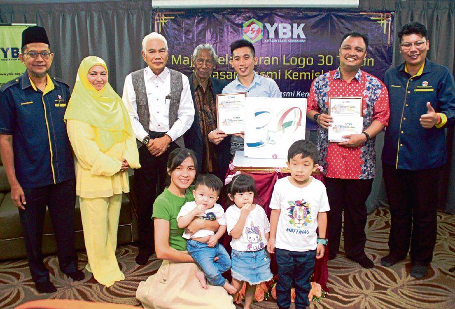PEMENANG Pertandingan Mencipta Logo 30 Tahun YBK bergambar bersama Zainal. FOTO Ihsan YBK