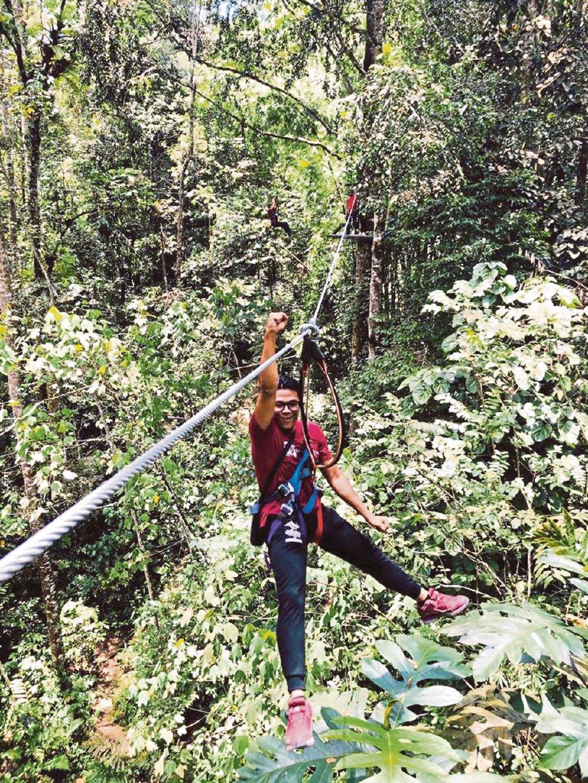 MENIKMATI panorama hijau hutan hujan tropika.