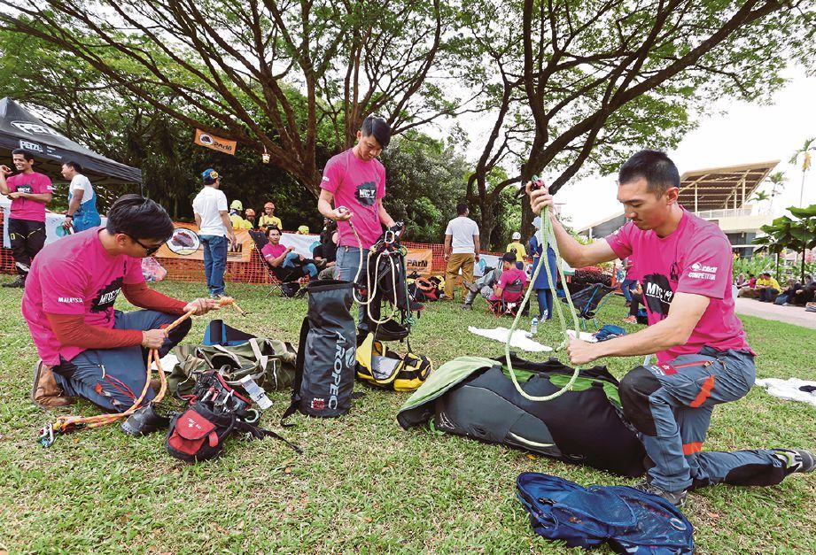 WAKIL Singapura memeriksa peralatan sebelum pertandingan.