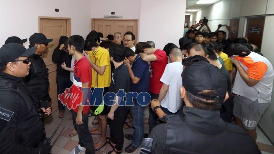 SEBAHAGIAN 35 ahli kumpulan kongsi gelap 360 dihadapkan ke Mahkamah Sesyen di sini atas pertuduhan menjadi ahli kumpulan jenayah terancang dan membantu kumpulan itu sejak tiga tahun lalu. FOTO Mohd Azren Jamaludin