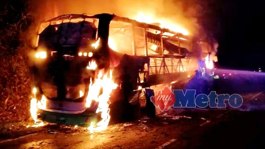 BAS pelancong terbakar sehingga menyebabkan berlaku kesesakan jalan raya di Jalan Tamparuli-Ranau berhampiran Kampung Kapa, Tamparuli, namun tiada kemalangan jiwa dilaporkan. FOTO Ihsan Bomba