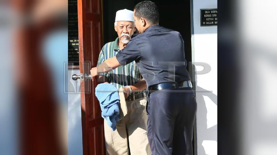 ANGGOTA polis mengiringi Harun Dahman,74, di Mahkamah Sesyen, yang dituduh mencabul kanak-kanak berusia lima tahun di Felda Chuping pada 16 Februari lalu. FOTO Amran Hamid