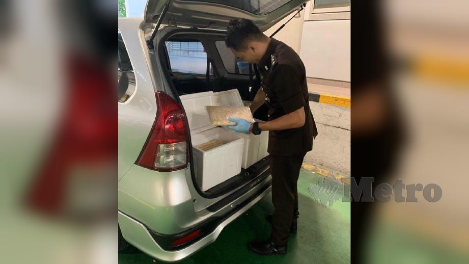 JABATAN Perkhidmatan Kuarantin dan Pemeriksaan Malaysia (MAQIS) Johor menggagalkan cubaan membawa masuk produk hasil ikan dengan menggunakan kereta jenis Toyota Avanza di Unit Laluan Kereta Import, Bangunan Sultan Iskandar (BSI), Johor Bahru. FOTO Ihsan MAQIS Johor