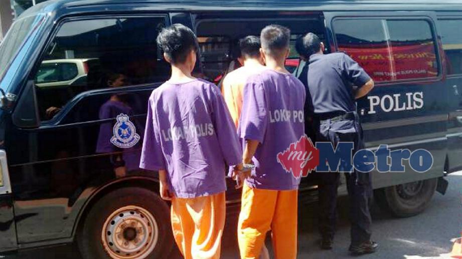 REMAJA lelaki terbabit dalam membelasah bekas teman wanita bersama pasangan barunya, dibawa ke Mahkamah Majistret Miri untuk perintah reman. FOTO Mohd Rizal Abdullah
