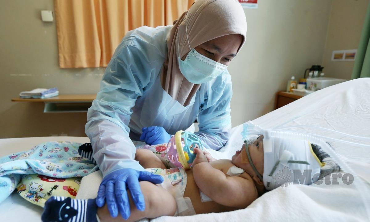 Bayi down syndrome, Muhammad Hadif Nufail Herman bersama ibunya Nurulella Sayuti memerlukan RM 80 000  untuk menjalani pembedahan jantung berlubang di Gleneagles Hospital Kuala Lumpur. Sumbangan disalurkan ke Tabung MEDIA PRIMA-NSTP HUMANITARIAN FUND. FOTO ROHANIS SHUKRI