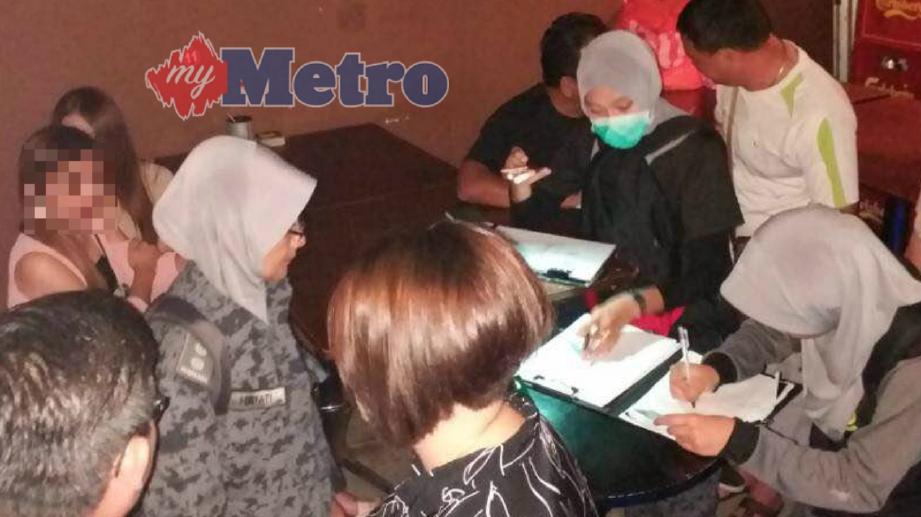 ANGGOTA Jabatan Imigresen Kedah membuat pemeriksaan di premis kafe yang menggunakan khidmat GRO warga asing ketika serbuan Ops Gegar di Taman Pekan Baru, Sungai Petani, awal pagi tadi. FOTO Ihsan JIM Kedah