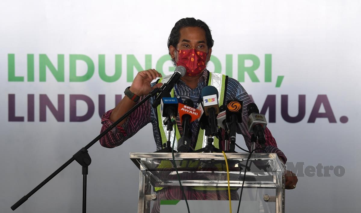 Menteri Penyelaras Program Imunisasi COVID-19 Kebangsaan Khairy Jamaluddin Abu Bakar ketika sidang media pada majlis sambutan bekalan kedua vaksin COVID-19 buatan syarikat biofarmaseutikal dari China, Sinovac di Lapangan Terbang Antarabangsa Kuala Lumpur (KLIA) hari ini. FOTO BERNAMA