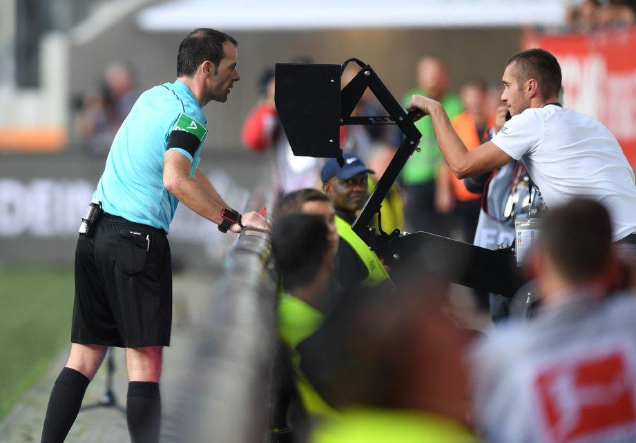 FRITZ memerhati VAR sebelum menghadiahkan penalti kepada Dortmund. FOTO/AFP
