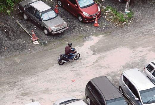 PENAGIH bebas keluar masuk untuk membeli dadah sama ada menggunakan motosikal ataupun berjalan kaki.