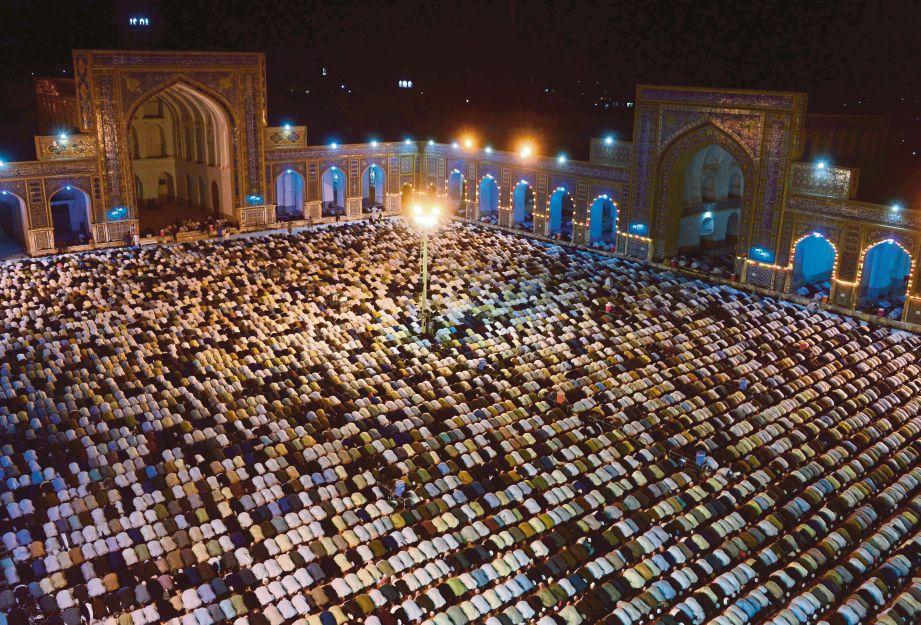 UMAT Islam mengambil peluang beribadat dengan tekun pada bulan Ramadan.