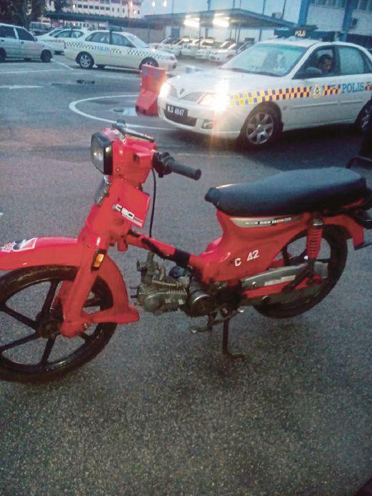 RANGKA motosikal yang dijumpai di dalam rumah suspek di Kampung Kurnia, Batu 3 Jalan Gambang.