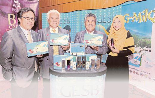 Adenan   (dua dari kiri) menunjukkan produk terbaru.