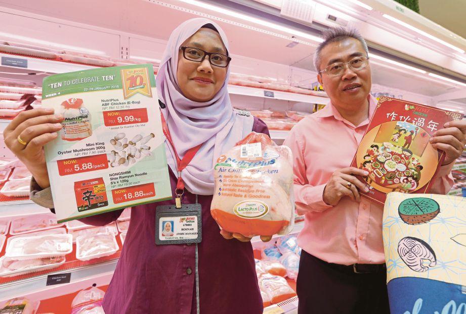 PENGURUS Operasi Serantau Jaya Grocer, Shaw See Keat (kanan) dan Pengurus Cawangan Jaya Grocer Starling Mall, Rosnah Beramsha di Damansara, semalam.
