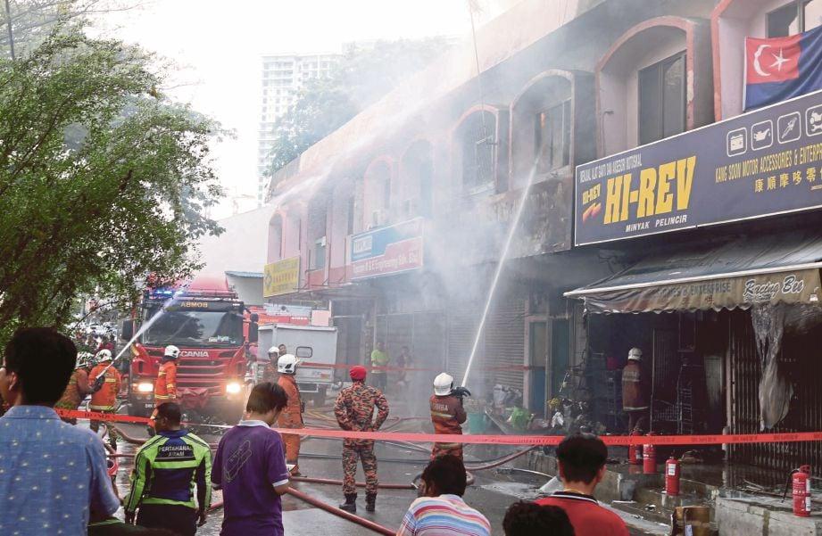 ANGGOTA bomba memadamkan kebakaran bermula jam 4 petang.