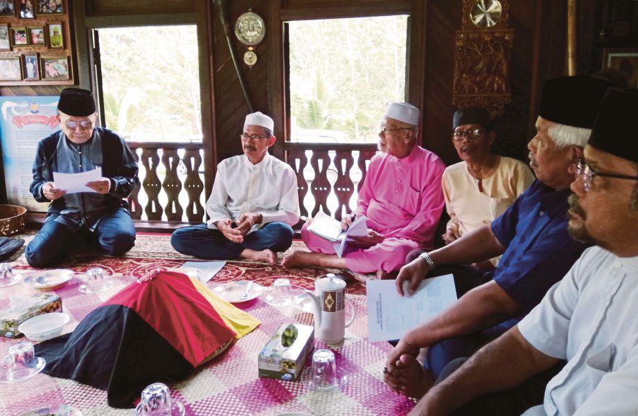 RAIS bersama ahli lembaga adat dan penduduk Kampung Gagu selepas selesai majlis rapek adat di Rumah Jombang.
