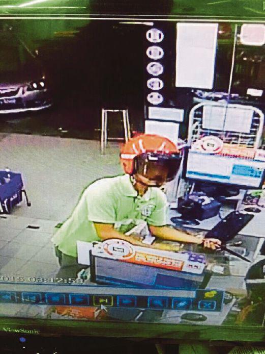 JENAYAH dilakukan suspek dirakam CCTV kedai serbaneka.