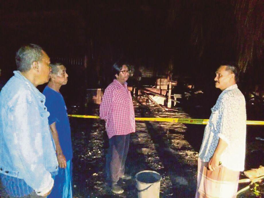Ahli Parlimen Sungai Besar Budiman Mohd Zohdi (dua dari kanan) menziarahi Mohd Shamsudin (dua dari kiri) di Kampung Desa Warisan, semalam.