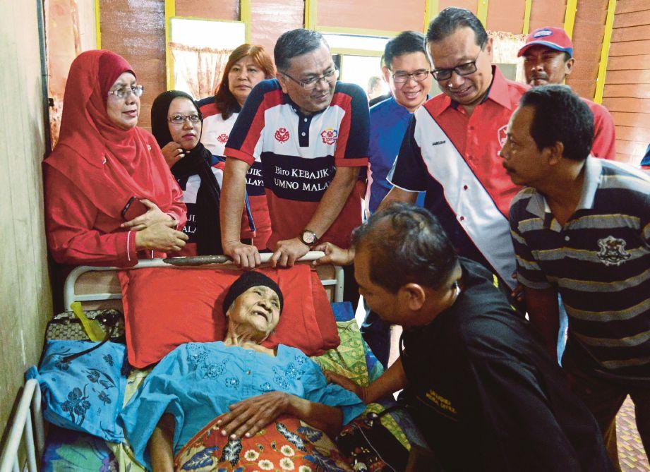 DR Shamsul Anuar (tengah) meluangkan masa melawat Latinah  yang terlantar sakit sempena Program UMNO Bantu Rakyat 2.0 di Ayer Itam.