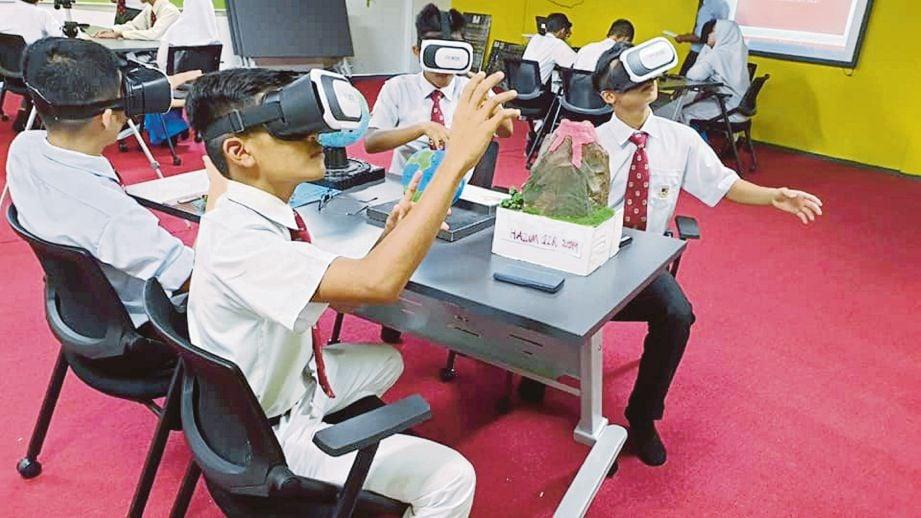 PELAJAR mencuba alatan digital di kelas Future Classroom.