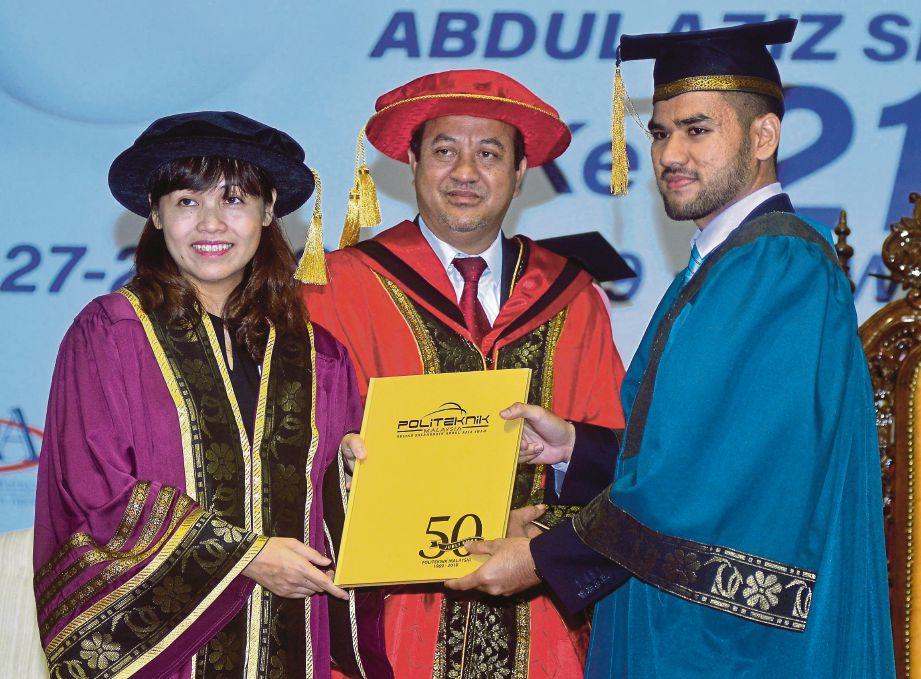 NIE Ching menyampaikan ijazah kepada graduan.