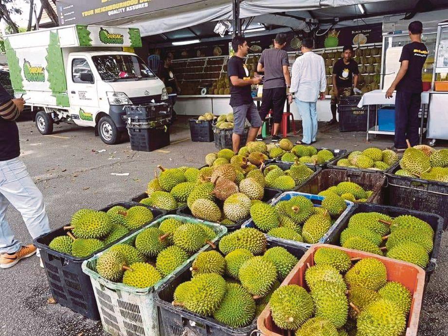 TARIKAN peminat durian terutama cendol di Durian King Taman Tun Dr Ismail.