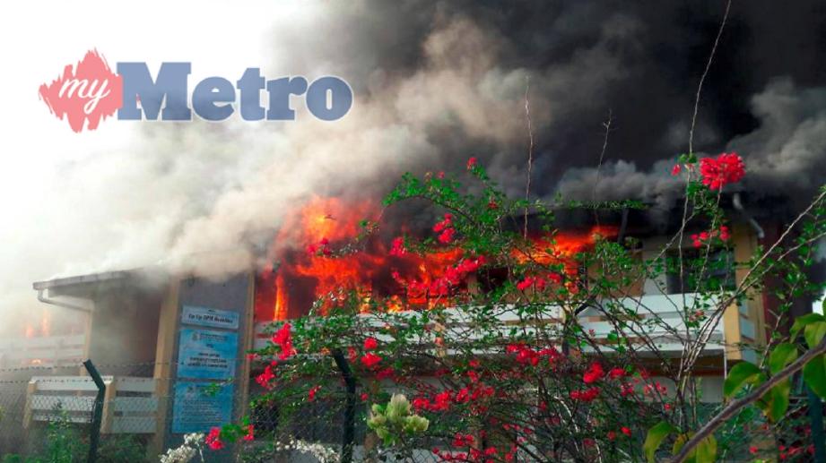 SATU blok dua tingkat menempatkan pelajar lelaki Sekolah Menengah Kebangsaan (SMK) Datuk Peter Mojuntin terbakar, pagi tadi. FOTO Ihsan Pembaca