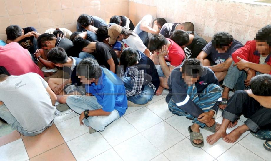 SEBAHAGIAN penagih yang ditahan dalam Ops Bersepadu Bil 1 Zon 2 Jabatan Siasatan Jenayah Narkotik Sarawak pada sidang media di Ibu Pejabat Polis Daerah Serian. FOTO L. Manimaran