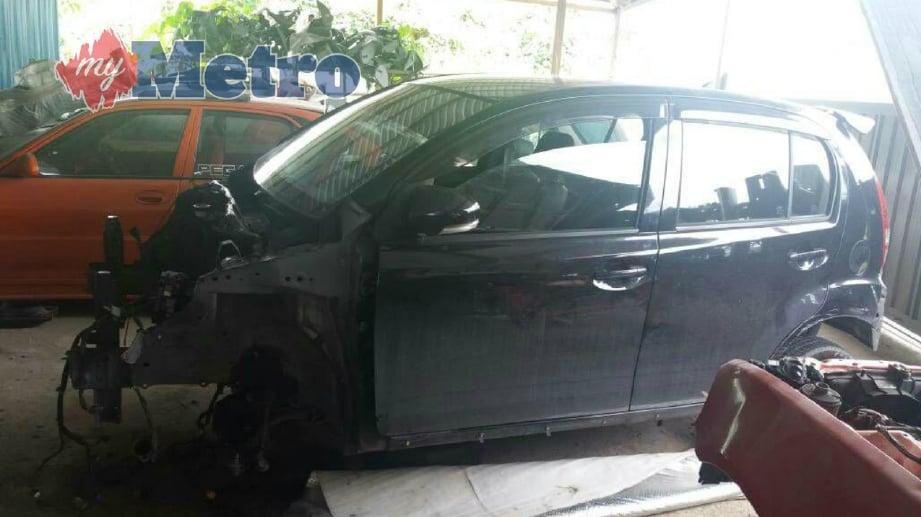 KERETA milik pemandu Grab yang dilarikan penyamun 23 Mac lalu ditemui di sebuah bengkel di Jalan Stephen Yong, Kuching, petang tadi. FOTO Ihsan PDRM