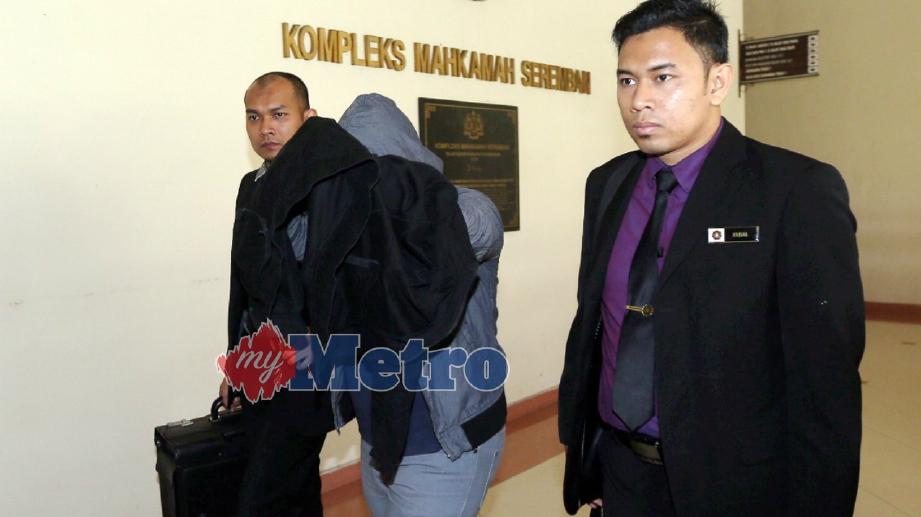 MUHAMAD Hafiz Alias, 30 diiringi pegawai Suruhanjaya Pencegahan Rasuah Malaysia (SPRM) Negeri ke Mahkamah Sesyen Seremban atas tuduhan mengemukakan tuntutan palsu dalam aktiviti pembinaan dan naik taraf laman web program khas untuk menggalakkan pelajar sekolah di negeri ini berniaga. FOTO Hazreen Mohamad