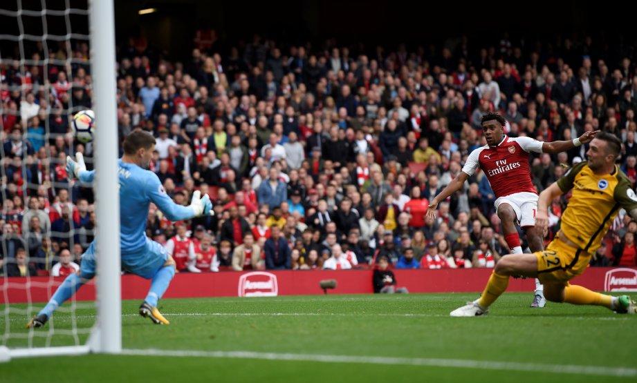 IWOBI (tengah) menjaringkan gol kedua Arsenal. FOTO/AFP