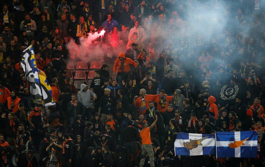 PENYOKONG APOEL memberi sokongan padu kepada pasukannya. FOTO/AFP